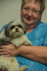 Heidy Lang mit Therapiehund Lilli
